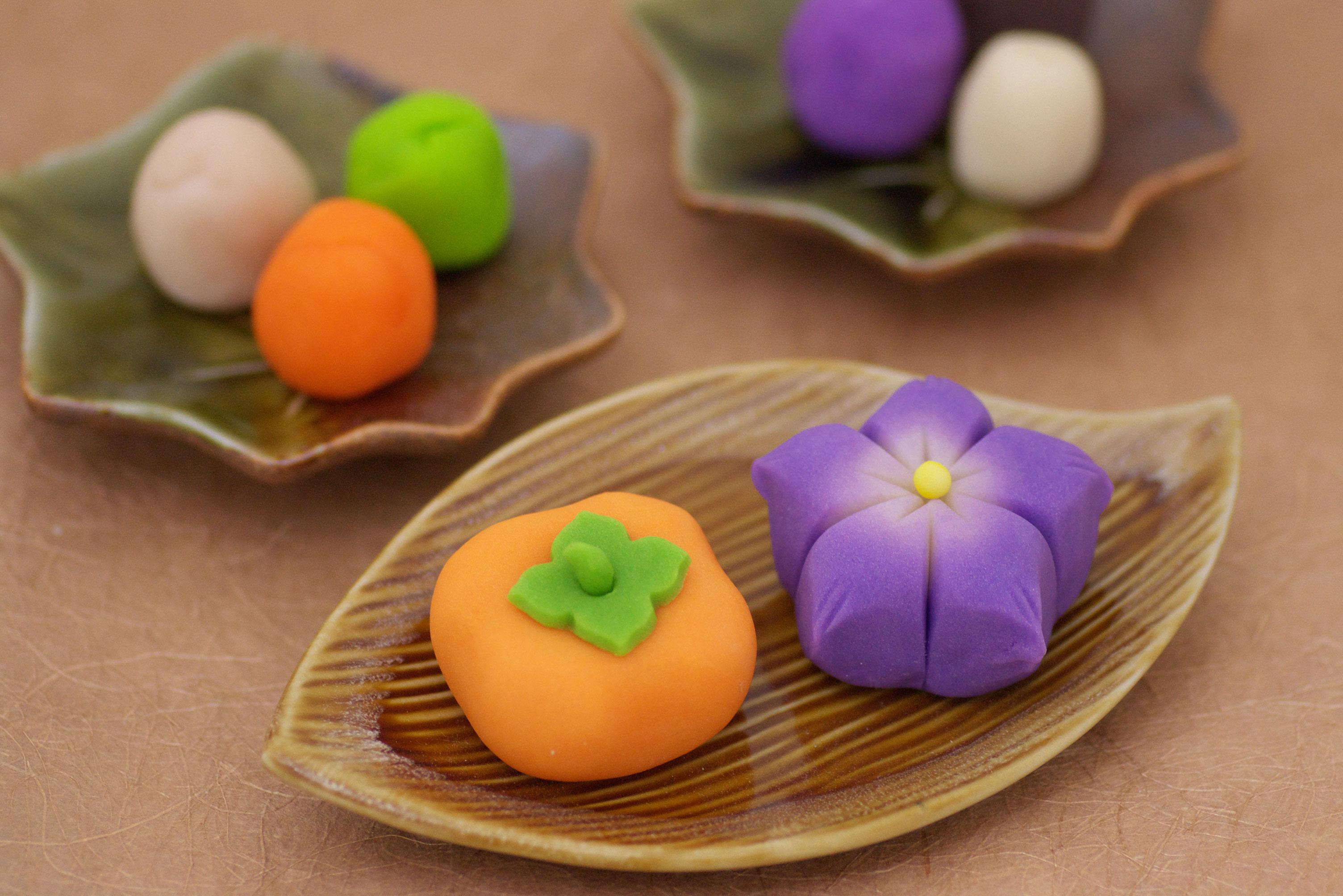 リモートでの和菓子作り体験も行っております。コロナの時でも、ベテランの和菓子職人がご指導させて頂き、和菓子作りを行って頂けます。秋らしい可愛らしい和菓子キットです。