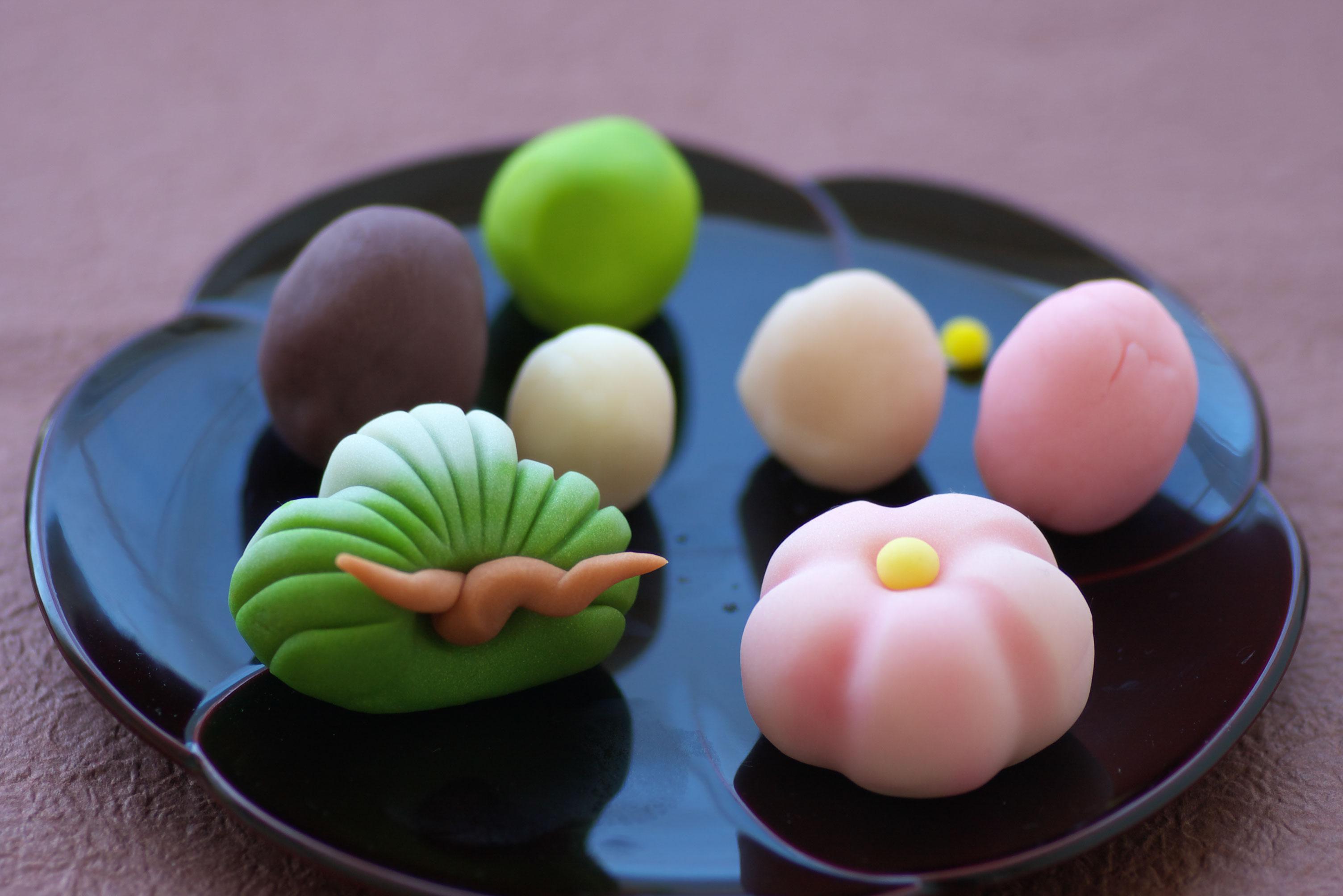 リモートでの和菓子作り体験も行っております。コロナの時でも、ベテランの和菓子職人がご指導させて頂き、和菓子作りを行って頂けます。冬にはぴったりのおめでたい松と梅です。